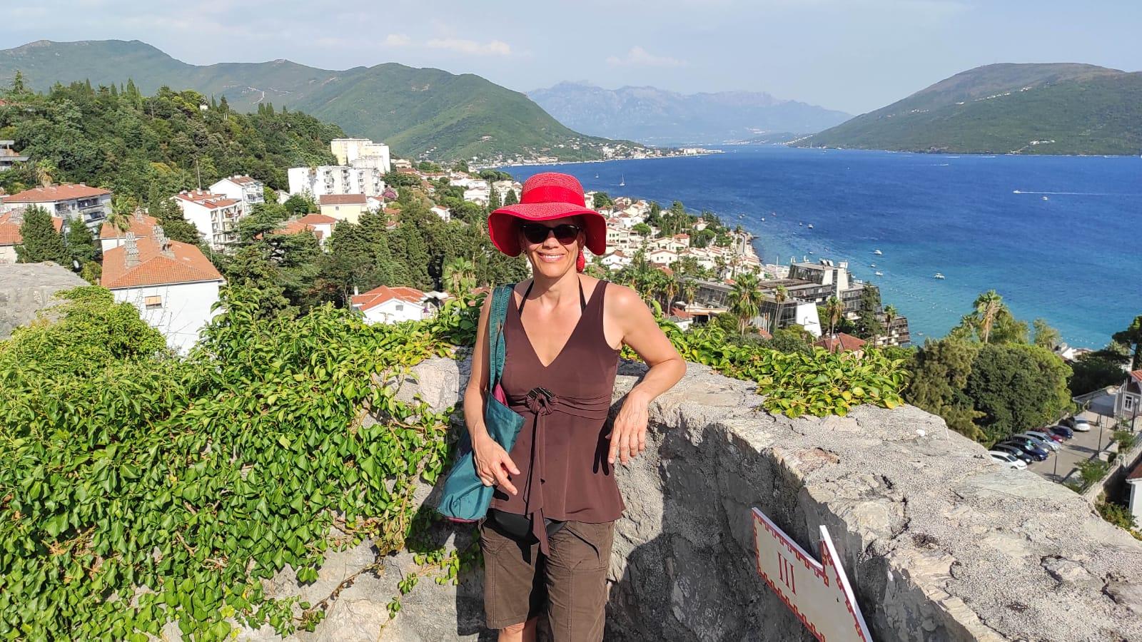 Blick von der Festung der Altstadt von Herzeg Novi mit Barbara Roshan
